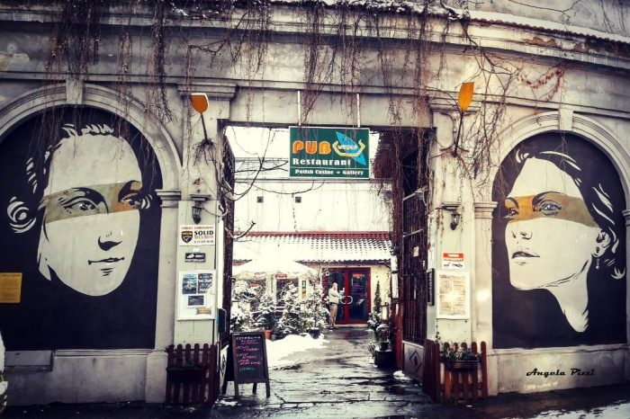 Pub a Kazimierz con dei Graffiti all'entrata