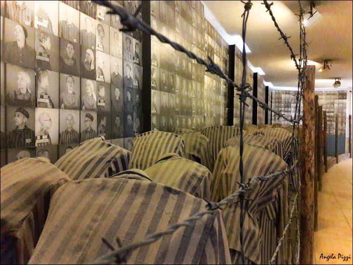 Raggiungere Auschwitz partendo da Cracovia. Una riproduzione di ciò che accadeva ad Auschwitz. Dei manichini che indossano la divisa del prigioniero, in fila di due dietro del filo spinato. Sul muro le foto di tutta la povera gente che ha subito tanta cattiveria. Una scena veramente toccante