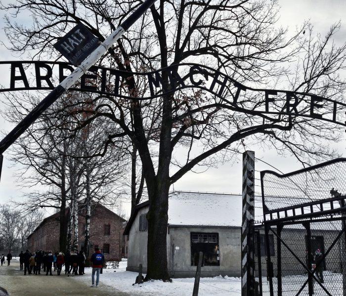 """Raggiungere Auschwitz partendo da Cracovia. Arbeit macht frei: """"Il lavoro rende liberi"""". All'ingresso del campo di concentramento, prima di varcare il cancello. La scritta che nessuno dimentica"""