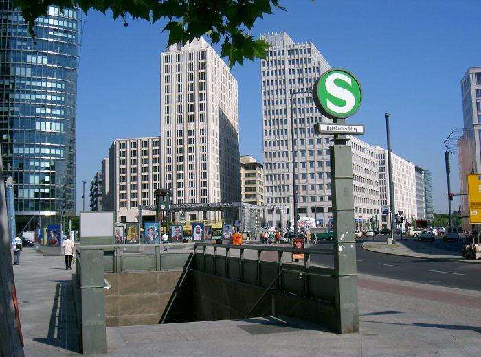Le stazioni della metropolitana di superficie sono riconoscibili da una segnaletica verde riportante la lettera S . La metropolitana di Berlino, invece, è la U-bahn, in gran parte sottoterra, le cui stazioni si riconoscono grazie a una segnaletica blu che riporta la lettera U.