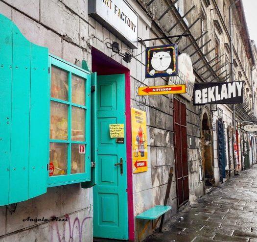 Kazimierz è un quartiere storico di Cracovia, noto per essere stato il centro della comunità ebraica della città dal XIV secolo fino alla seconda guerra mondiale