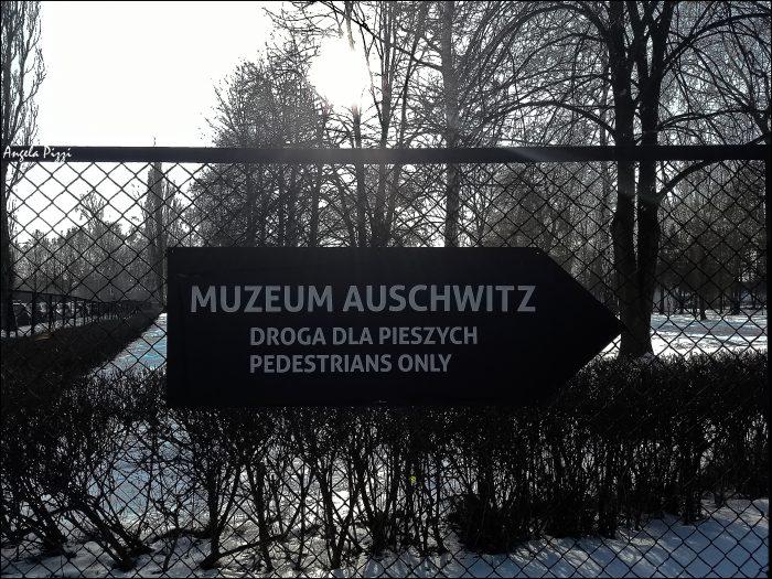 Raggiungere Auschwitz partendo da Cracovia. Cartello all'esterno del campo di concentramento di Auschwitz che da indicazioni su come raggiungere l'ingresso del museo