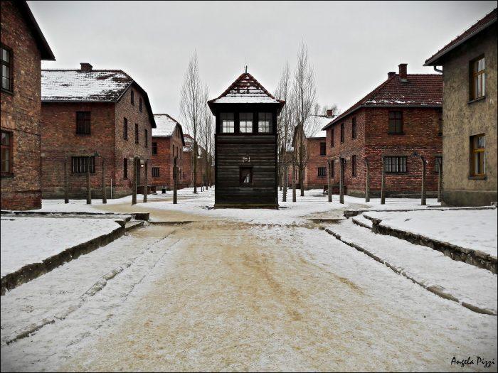 Raggiungere Auschwitz partendo da Cracovia. All'interno del Campo di Concentramento, vedetta nazista al centro della strada principale