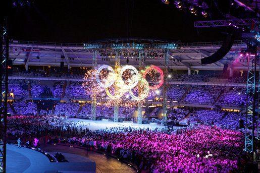 Fuochi d'artificio negli anelli olimpici. Momento saliente durante la cerimonia di apertura dei Giochi olimpici invernali 2006 a Torino, in Italia. Photo by Shealah Craighead