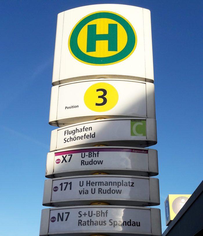 Fermata dell'Autobus dove si può prendere la lineX7 che conduce a Rudow, capolinea della metropolitana U7