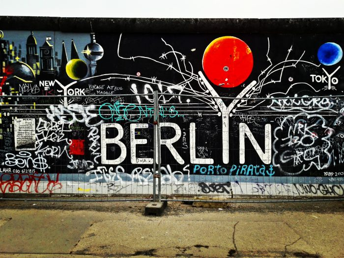 """Uno dei mourales presenti sul Muro di Berlino, raffigurante la scritta: """"Berlino"""""""