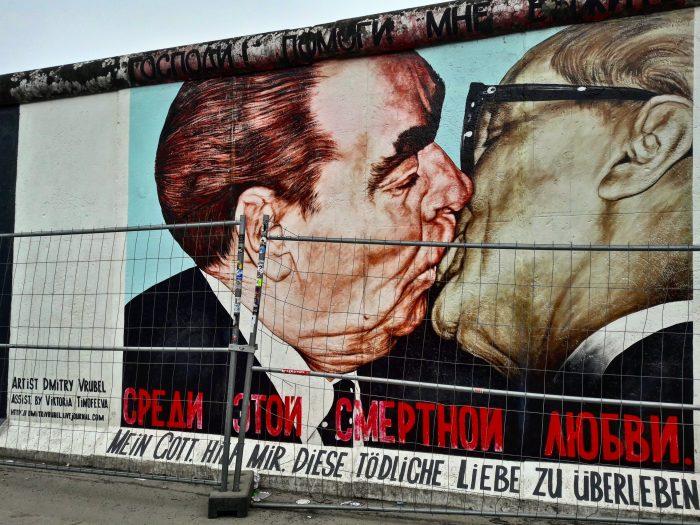 Mourales realizzato dall'artista Dmitri Vrubel nel 1990 e raffigurante il bacio fraterno socialista tra Leonid Il'ič Brežnev e Erich Honecker, nel 1979 rispettivamente Segretario Generale dell'URSS e Presidente della DDR.